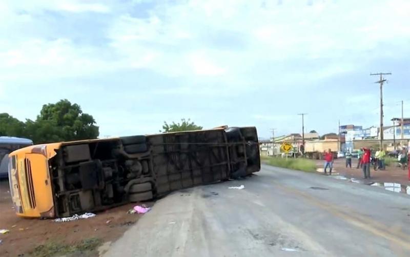 Tragédia! Ônibus sai do Piauí, tomba e deixa 5 mortos e vários feridos na BR-135 na Bahia