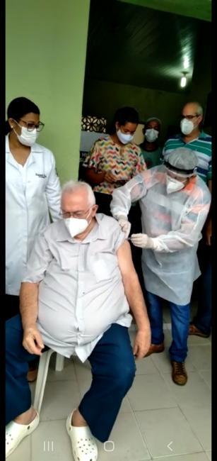 Dr Edimilson Mota médico a 53 anos de serviço prestado ao munícipio recebe dose da vacina coronavac.