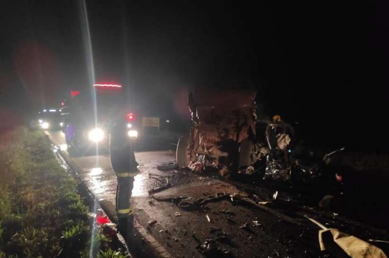 Em fuga da PM, dupla morre após bater carro em carreta