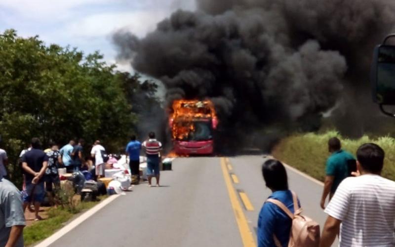 Ônibus que saiu de São Paulo com destino ao Ceará pega fogo na BR-135
