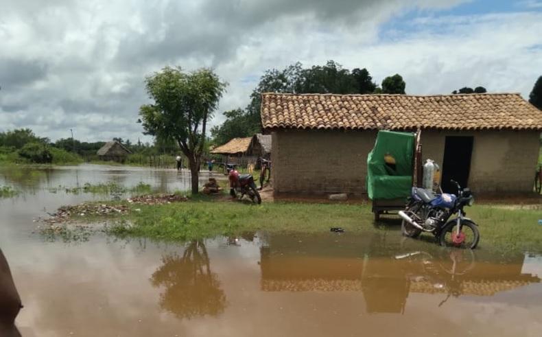 Rio Longá atinge cota de inundação e famílias são removidas em Esperantina