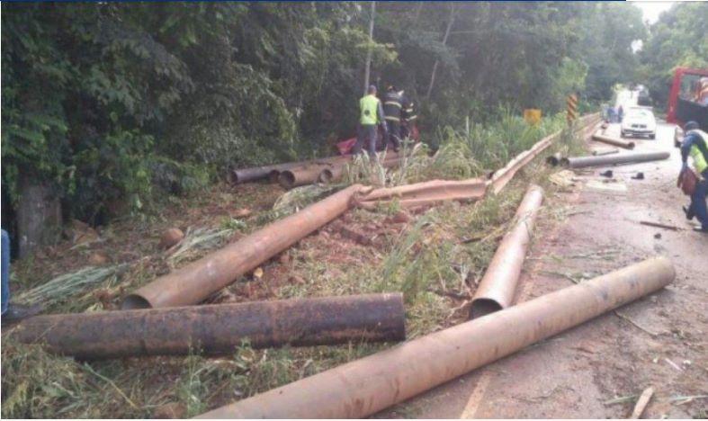 Tragédia! Casal morre esmagado por tubos de ferro que se desprenderam de caminhão