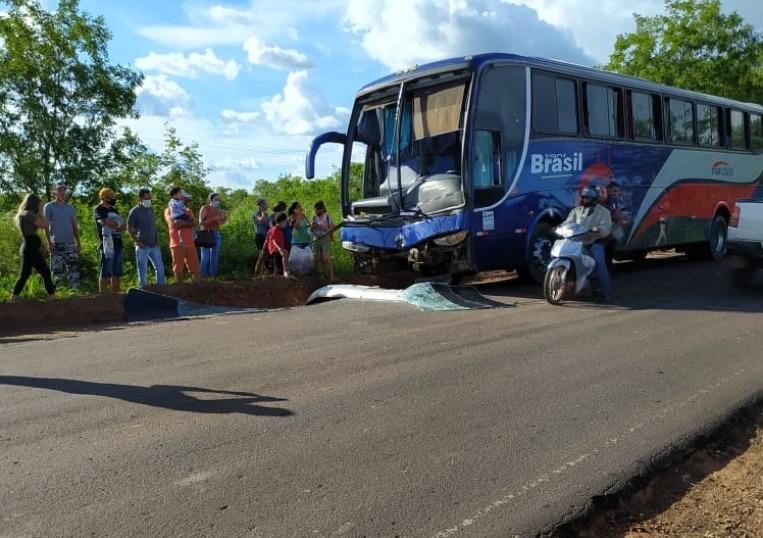 Ônibus com vários passageiros colide na traseira de carreta na BR-135 no Piauí