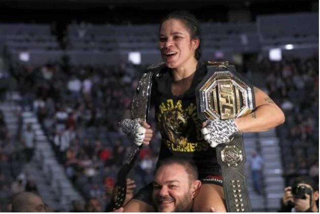 """Após encantar a rival no UFC, Amanda Nunes conquista Dana: """"Incrível"""""""
