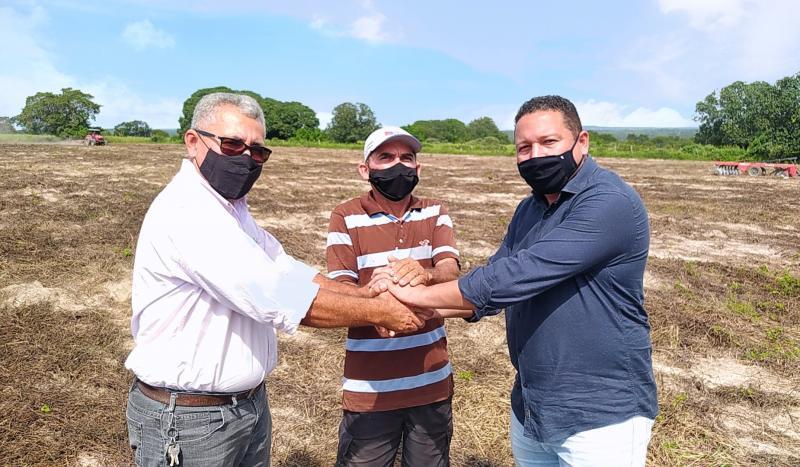 Prefeito Lécio Gustavo recebe os agradecimentos de agricultor familiar