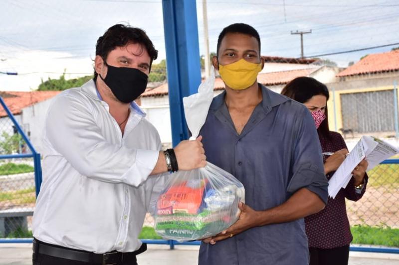 Prefeitura distribui cestas básicas para artistas de Floriano